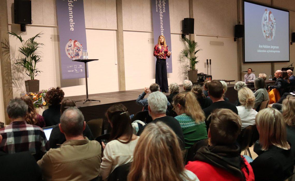 Uddannelses- og forskningsminister Ane Halsboe-Jørgensen taler om regeringens ambitioner for pædagoguddannelsen på national konference om uddannelsen