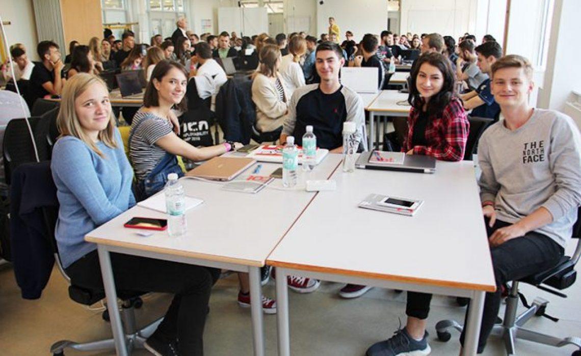 Internationale-studerende-i-undervisningslokale-690x460