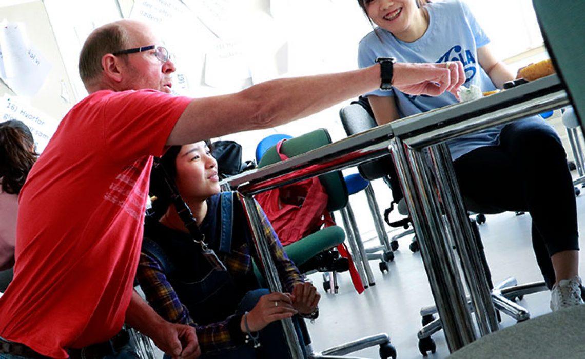 UCN-underviser-sammen-med-kinesiske-studerende