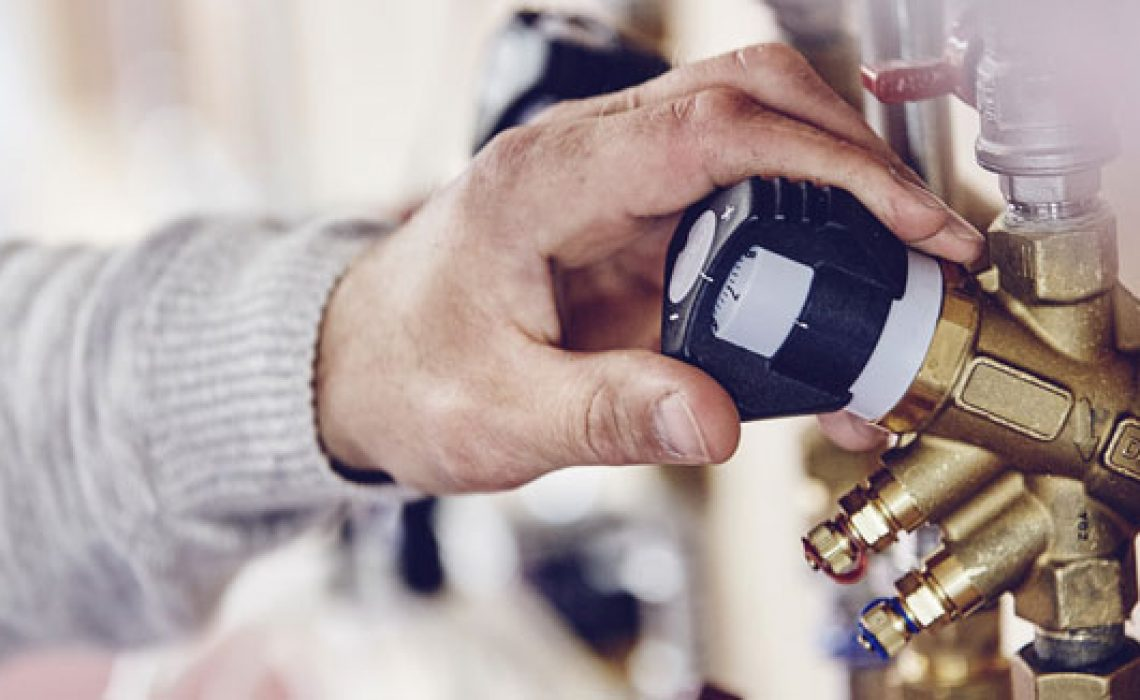 VVS-installatørstuderende-indstiller-apparat