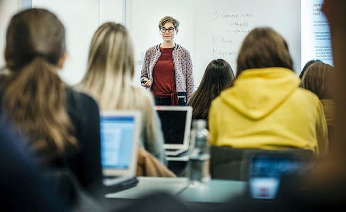 Lektor Inge Storgaard Bonfils er interviewet til historien. Der er startet et nyt undervisningstilbud til unge, der har angst eller depression.